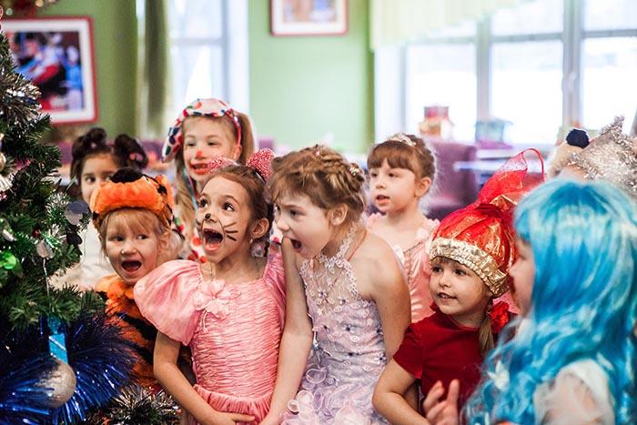 Дети на новогоднем утреннике