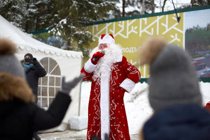 Дед Мороз проводит конкурс для детей
