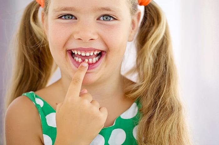 У девочки выпал молочный зуб