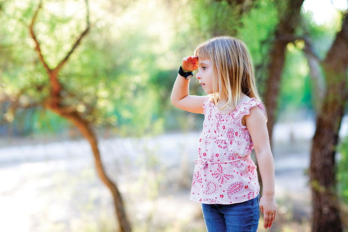 Девочка смотрит вдаль