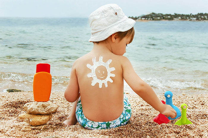 Маленький ребенок на пляже