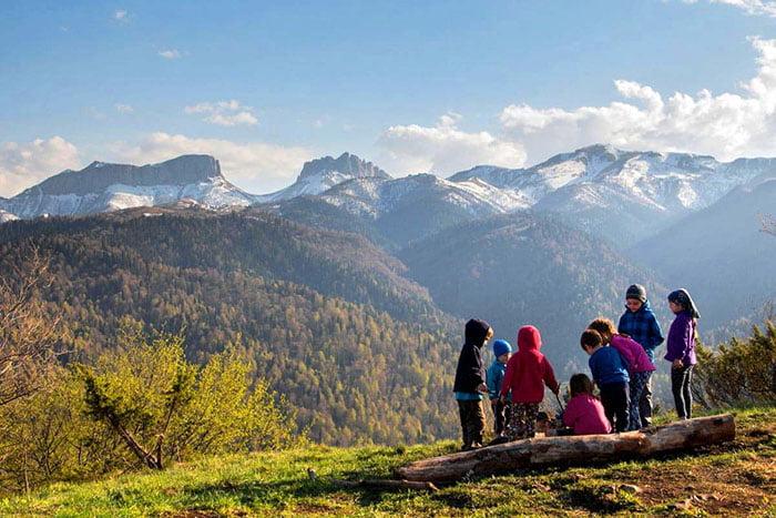 Дети в походе в горах