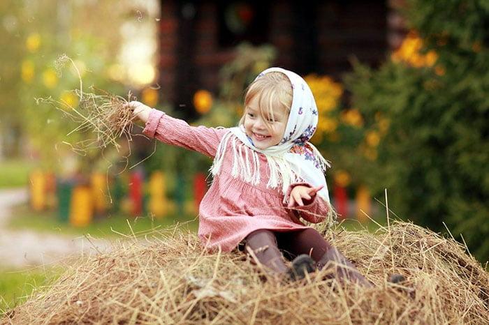 Девочка на стоге сена