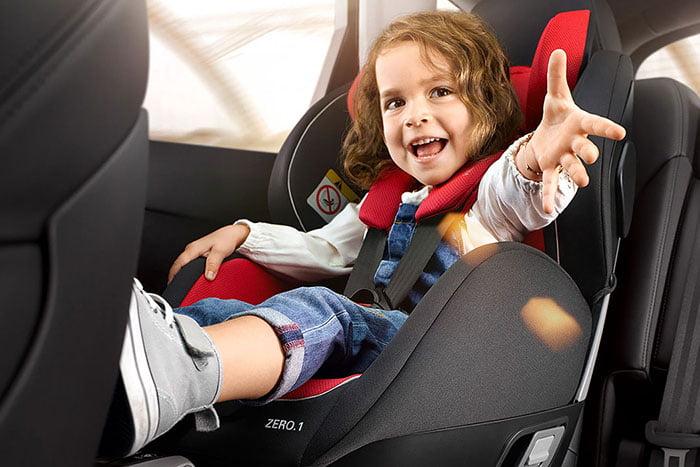 Девочка в детском кресле в машине