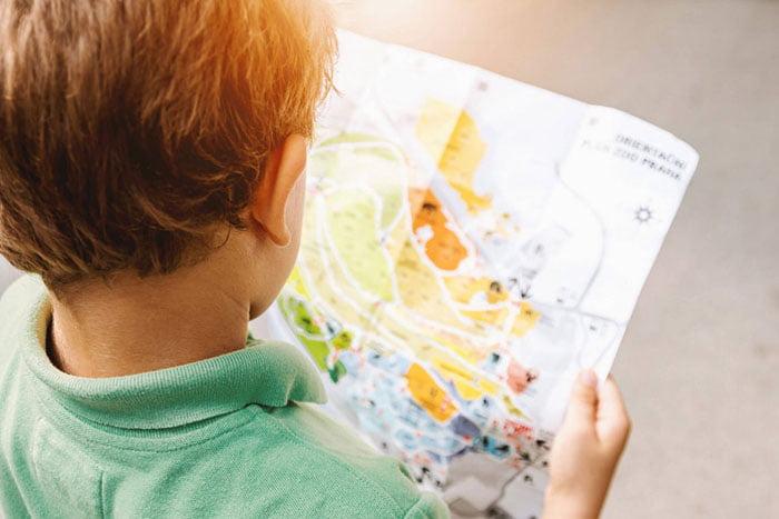 Ребенок с туристической картой