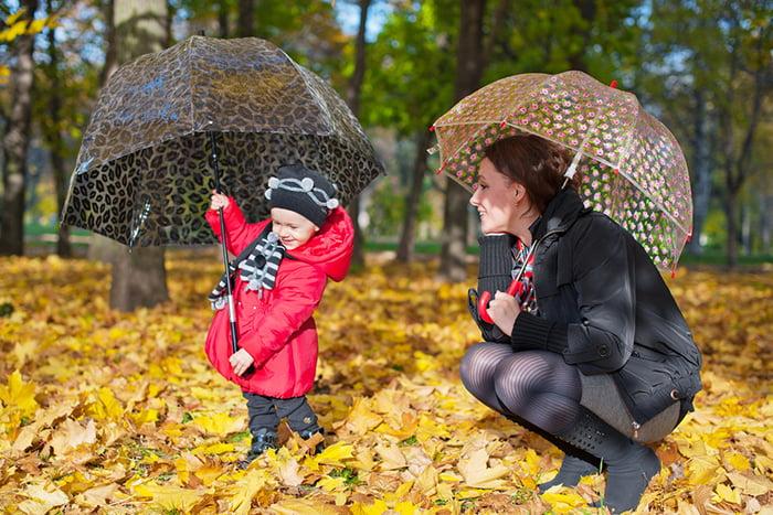 Мама с дочкой на прогулке осенью