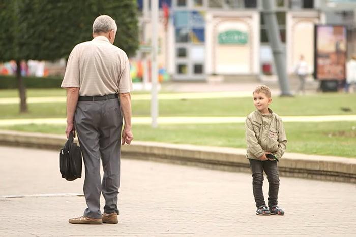 Мальчик на улице разговаривает с незнакомцем