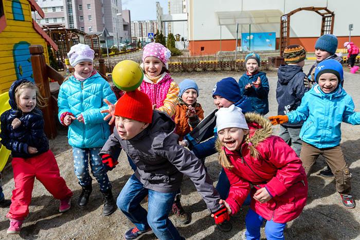 Дети играют в мяч на прогулке в детском саду