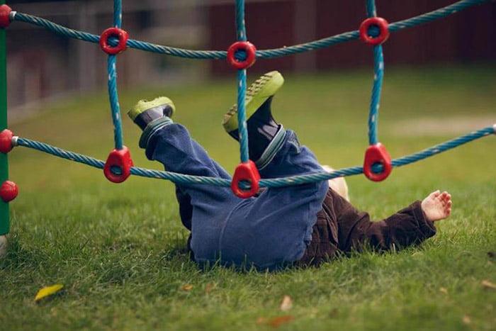 Ребенок упал на детской площадке