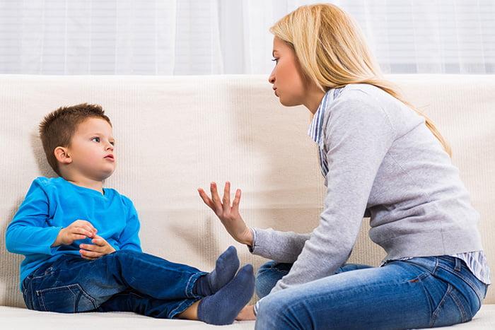 Мама объясняет ребенку правила поведения