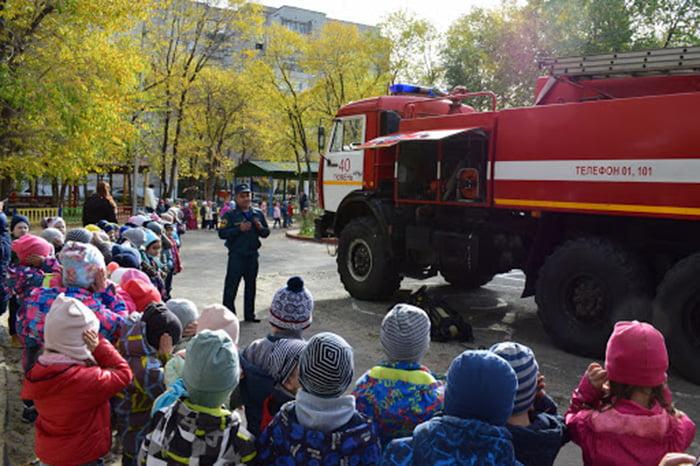 Пожарные рассказывают дошкольникам о безопасности
