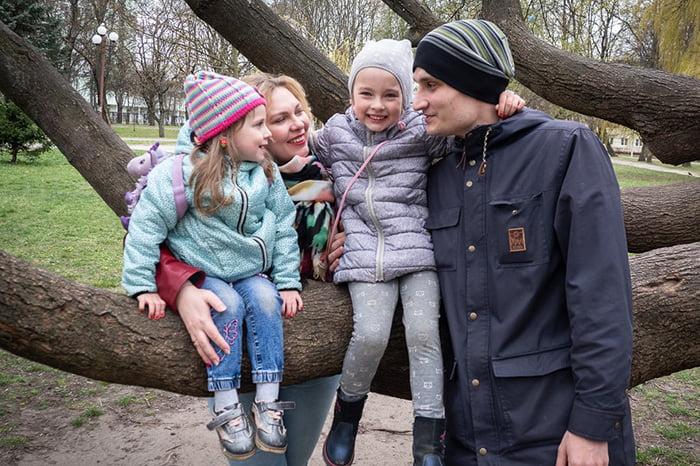 Семья с детьми на прогулке
