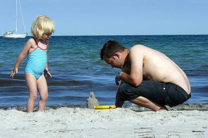 Маленькая девочка с папой на пляже
