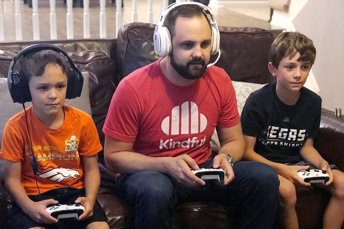 Папа играет с детьми в видеоигру