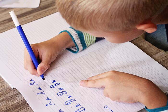 Ребенок учится красиво писать буквы