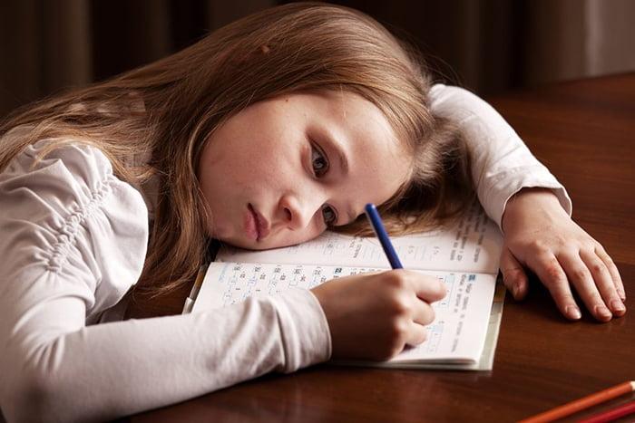 Девочка не хочет делать уроки
