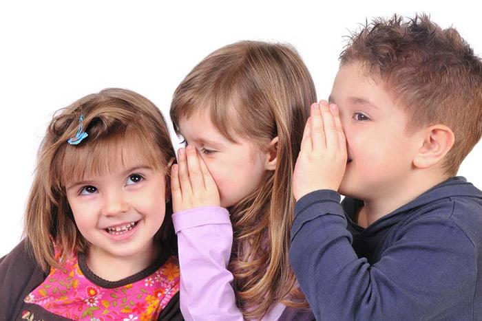 Дети играют в испорченный телефон