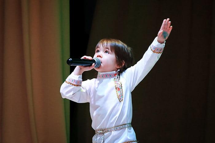 Ребенок выступает на сцене