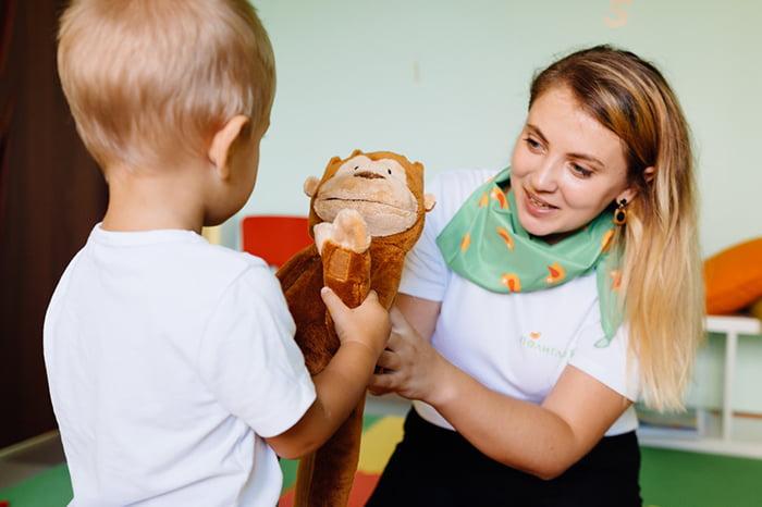 Занятие с ребенком с нарушением речевого слуха