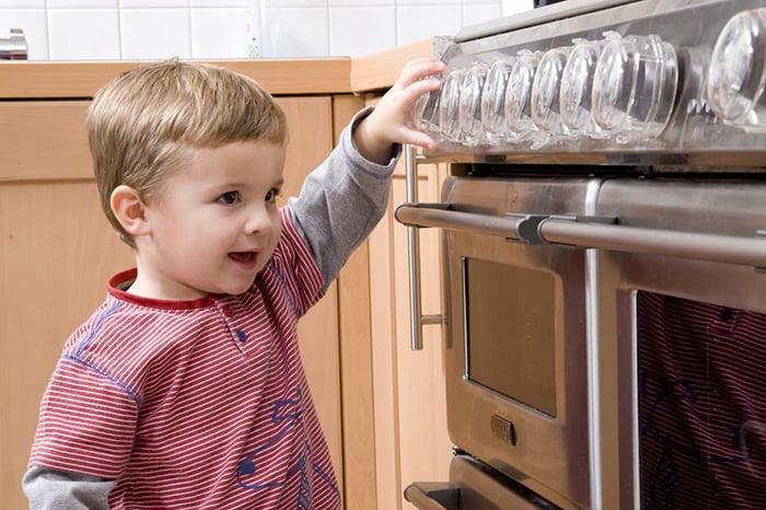 Ребенок рядом с газовой плитой