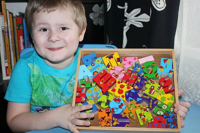 Ребенок с деревянной азбукой