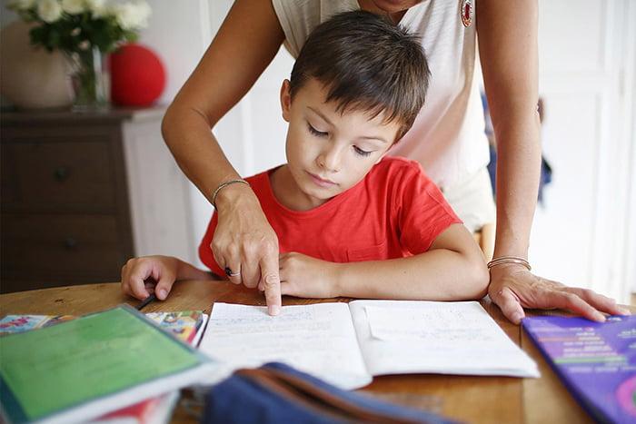 Мама помогает ребенку делать уроки