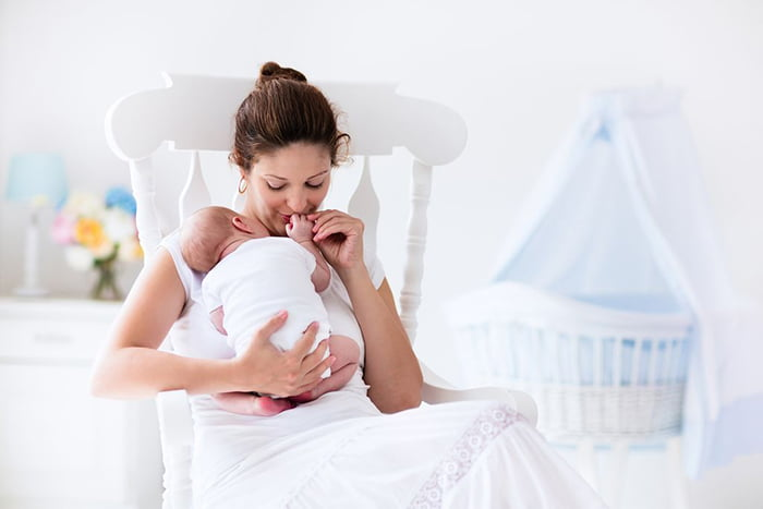 Мама с двухмесячным малышом