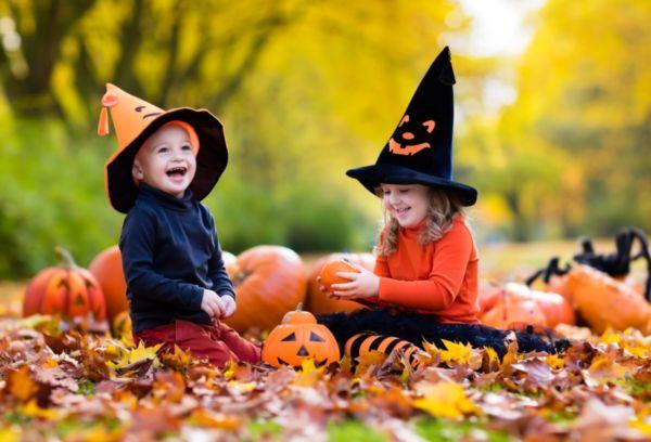 Дети в костюмах для Хеллоуин