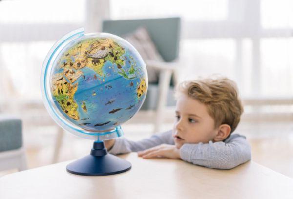Мальчик и глобус