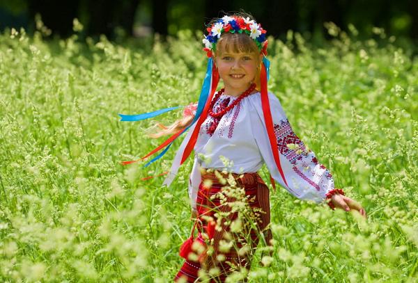 Девочка в русском костюме в поле
