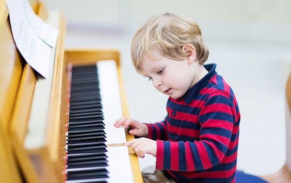 Мальчик за фортепиано
