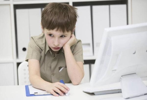 Мальчик на онлайн обучении