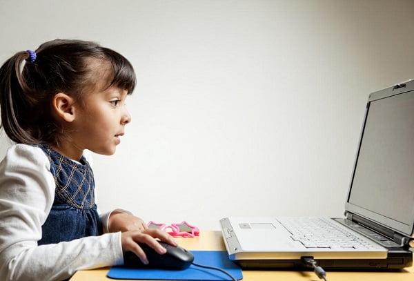 Девочка на дистанционном обучении
