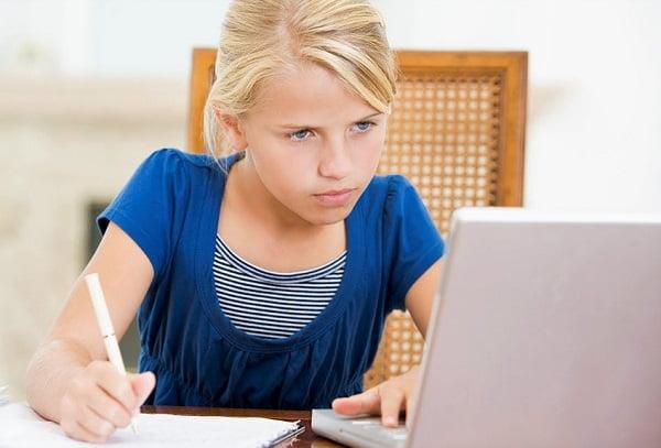 Девочка на онлайн обучении
