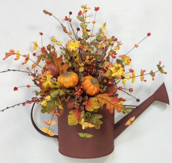 Осенние листья в лейке