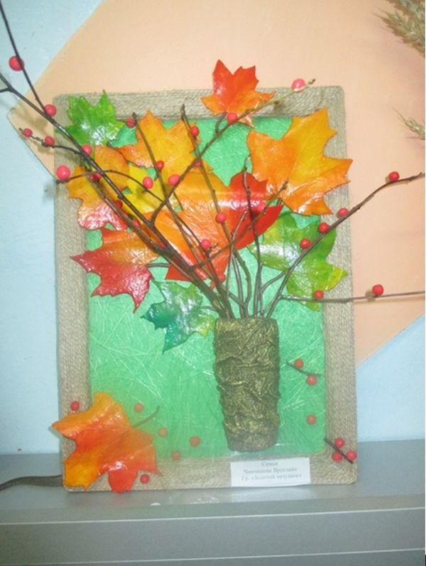 Панно из веток и листьев клена