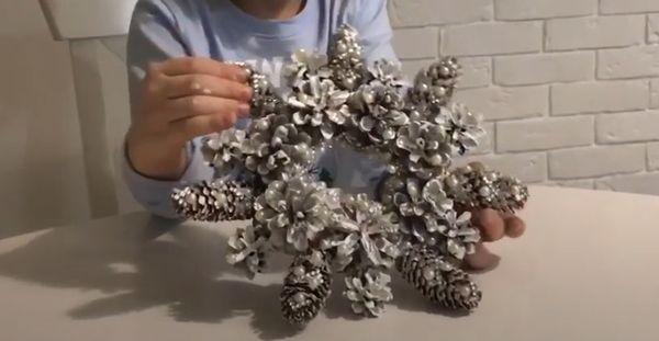 Снежинка из шишек 3
