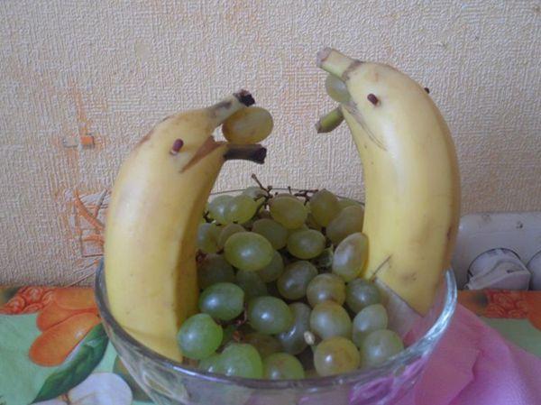 Дельфины из фруктов