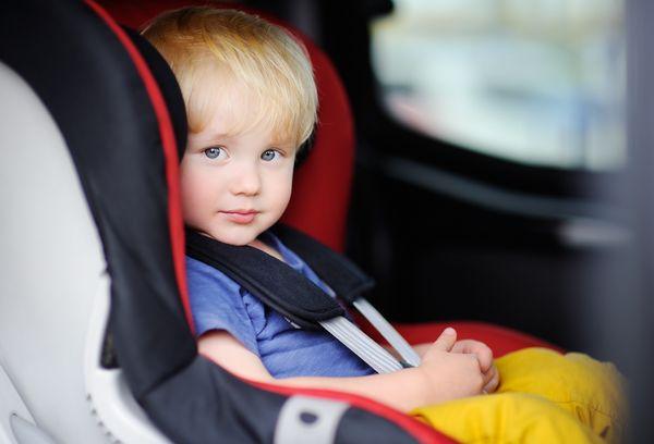 Маленький мальчик в автокресле