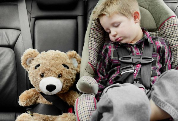Спящий мальчик в автокресле