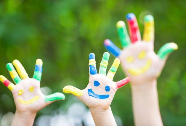 Руки детей в краске