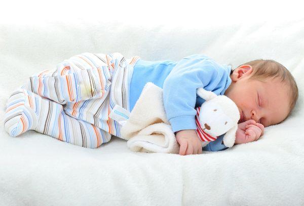 Спящий ребенок с игрушкой