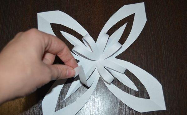 Объемная снежинка из полов бумаги 12