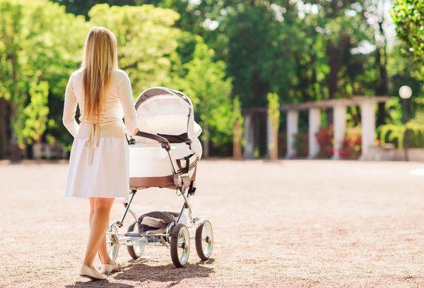 Молодая мама с ребенком на прогулке