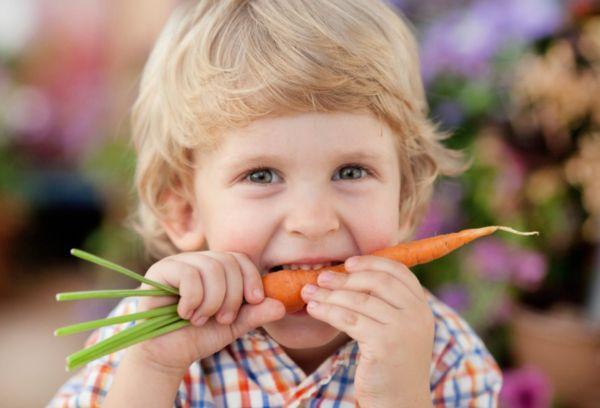 малыш ест морковку