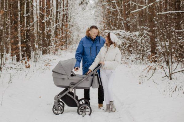 Семья на прогулке с малышом зимой
