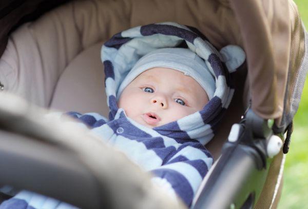 Голубоглазый ребенок в коляске