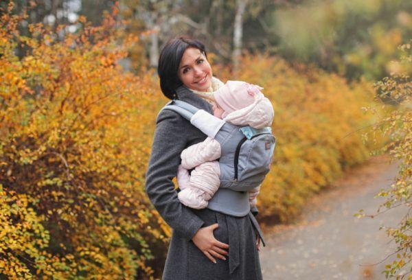 Девушка на прогулке с малышом осенью