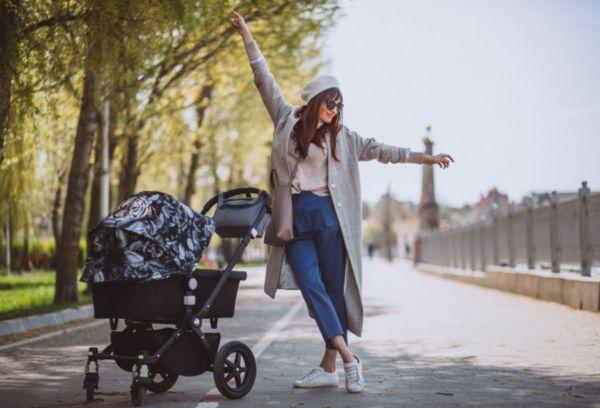 Девушка на прогулке с малышом весной