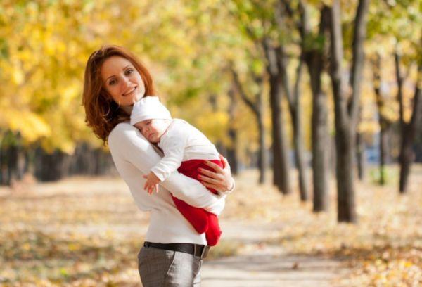 Девушка на прогулке с малышом летом